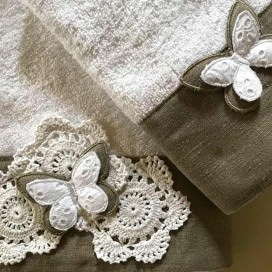 Towels with butterfly in Sangallo lace and crochet roses. Guest + Face