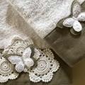 Asciugamani con farfalla in pizzo Sangallo e rosoni all'uncinetto. Ospite + Viso